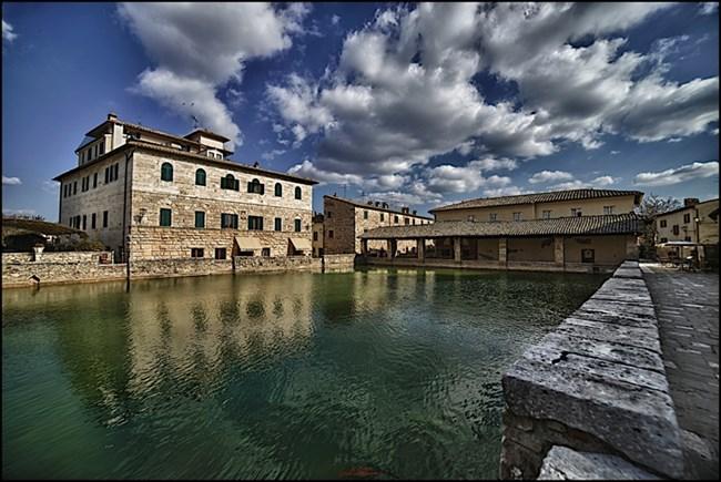"""В Баньо Виньони, до Сиена, """"площадът"""" на селото е термален извор."""