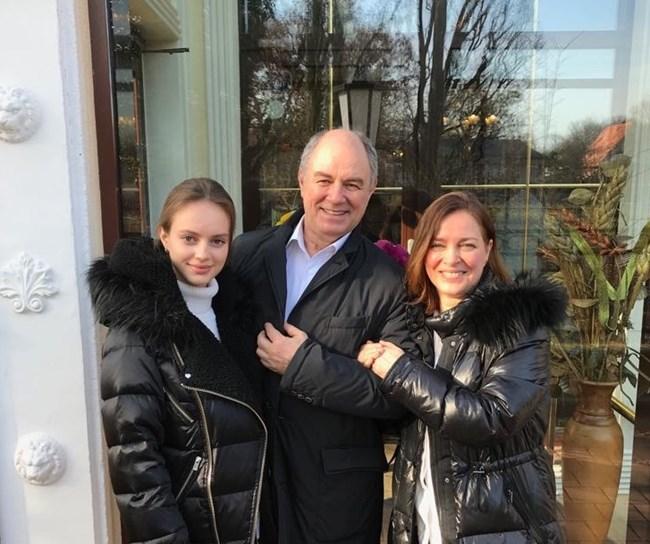 Щастливото семейство Черневи: София, Панчо и Кристо. Живеят в Берлин,  често са си в България, но се  чувстват граждани на света...