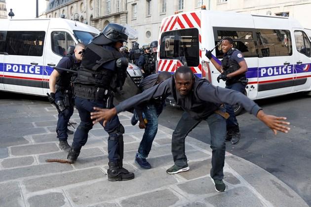 Мигранти окупираха парижкия Пантеон, полицията използва сълзотворни гранати (Видео и снимки)