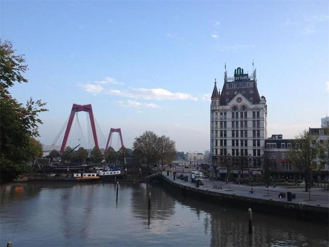 Това е старото пристанище на Ротердам, край което се намира и първият небостъргач в Европа (бялата сграда вдясно).