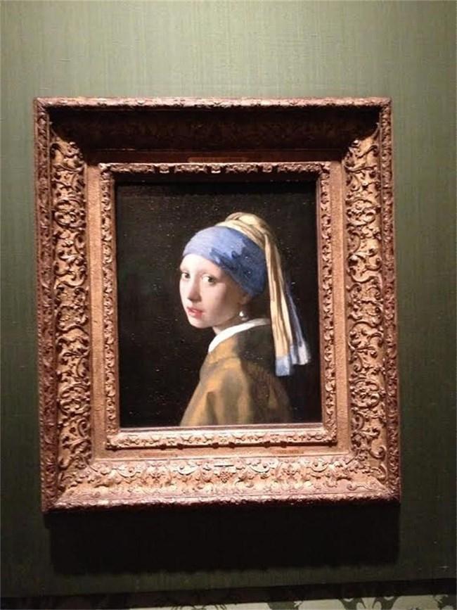 """Йоханес Вермер, нарисувал шедьовъра """"Момичето с перлената обица"""" (на снимката), е наричан майстор на светлината, заради начина, по който създава образите."""