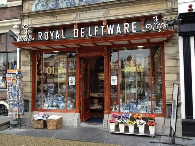 Магазин в Делфт с прочутия за града порцелан, от който се изработват сервизи, фигурки, пособия и какво ли не.