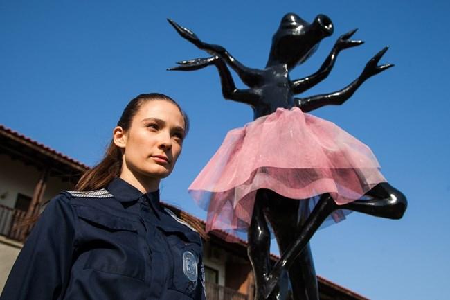 """Лорина Камбурова до статуята, която оживява и се превръща в кръвожадна химера в лентата """"Любов и чудовища""""."""
