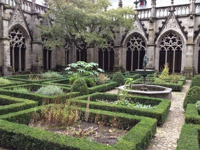 Този внушителен двор е бил построен през XV век, за да свърже величествената църква в Ютрехт с останалите сгради. Той е бил използван за място, където свещените се молят и медитират, а по-късно в него са били погребвани и монаси.