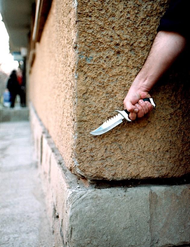 Мъж намушка младеж в тролея в София, хванаха го