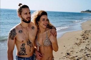 """Певецът с приятелката си по време на снимките на песента """"Моряк"""""""