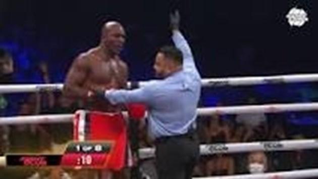 Размазаха Холифийлд при завръщането му на ринга (видео)