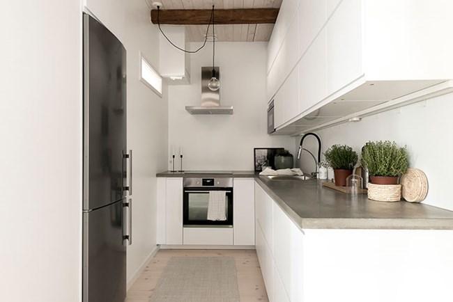 Кухнята е компактна и с всички необходими уреди