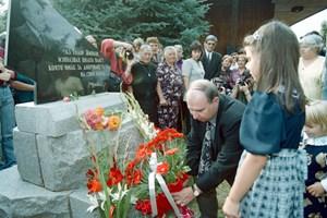 2000 г. Владимир Живков слага цветя на гроба на баща си Тодор Живков.