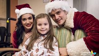 Кейти Пери и Орландо Блум посетиха деца в болница, облечени в коледни костюми (снимки)
