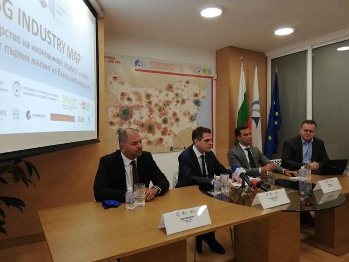 Министърът на икономиката Лъчезар Борисов (в средата) представи предни дни картата, която показва къде и какъв бизнес може да се прави у нас.