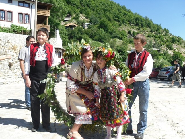 Празничният венец със 77 билки е красив и дъхав, а и носи здраве.   СНИМКИ: АВТОРЪТ