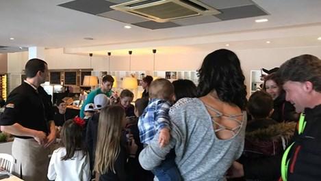 Григор Димитров дава автографи в пицарията на Лео