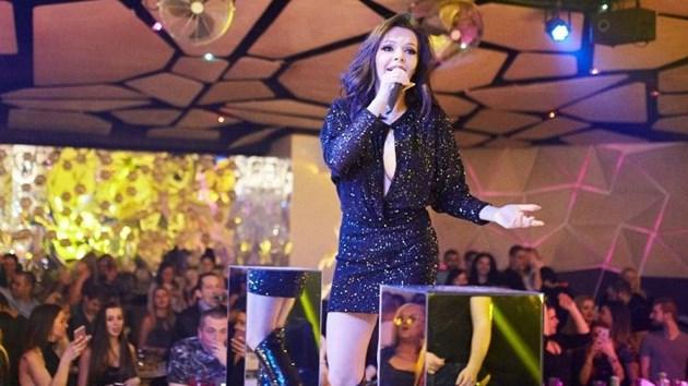 Галена надпи феновете за 15 г. на сцена