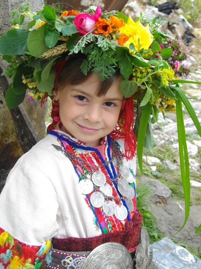 Най-щастливи с венци от еньовски билки са децата.