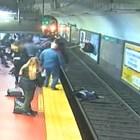 Мъж припадна и бутна жена пред идващото метро в Буенос Айрес (Видео)