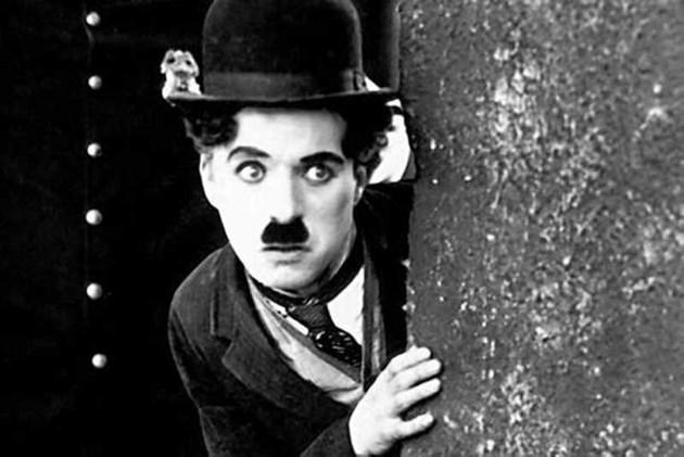 Чарли Чаплин умира в съня си на Бъдни вечер