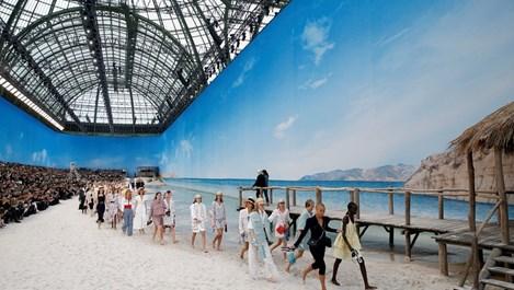 """Боси манекени представиха новата колекция """"Шанел"""" в центъра на Париж (снимки+видео)"""