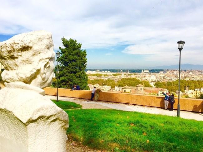 Капитан Петко войвода гледа към Рим от хълма Джаниколо.  СНИМКА:  АВТОРЪТ
