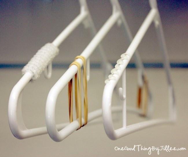 Поставете ластичета на закачалките за дрехи и те няма да се изхлузват.