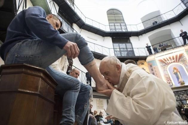 Родни мафиоти искат папата да им целува краката