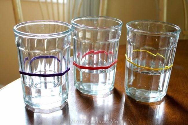 Ластичета в различни цветове вършат работа, ако имате на гости деца и държите те да не объркват чашите си.