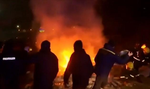 Десетки протестиращи в Украйна нападнаха евакуирани от Ухан (Видео)