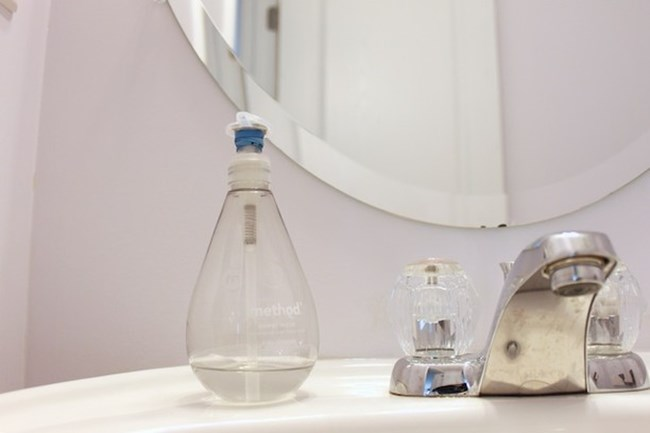Ще използвате по-малко количество от препарата за миене на съдове или от течния сапун, ако под дозатора увиете ластиче.