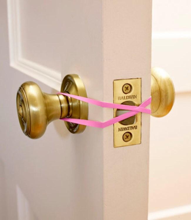Искате вратата да не се затваря, например ако има спящо дете в съседната стая? Просто закачете ластик между дръжките от двете страни.