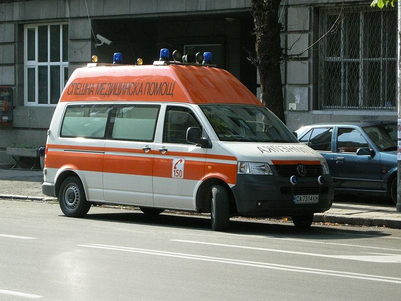 Медиците от Спешна помощ вече помогнаха на двама припаднали.