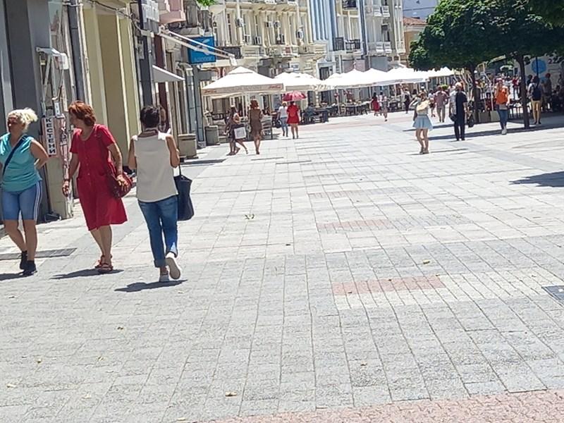 Адският пек опразни главната улица на Пловдив. Днес температурите стигат 37 градуса.