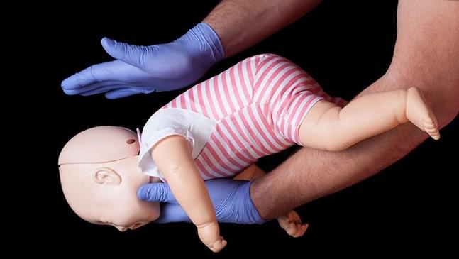 Как да реагирам, ако бебето се задави? Стъпки за спешна помощ