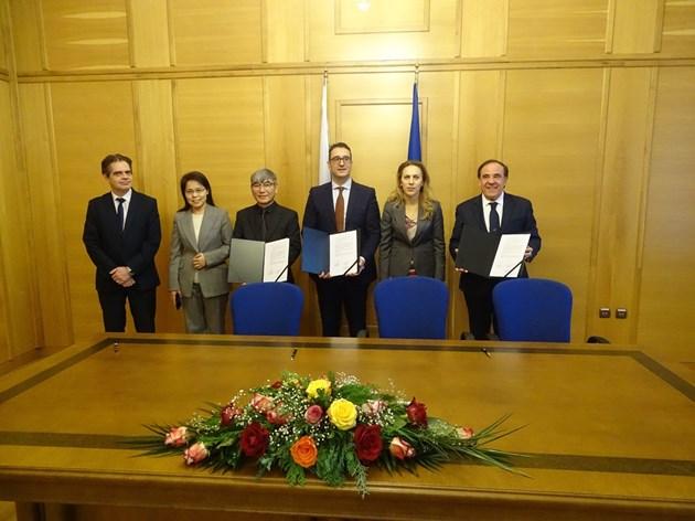 Вицепремиерът Николова на подписването на меморандум за нов завод за електромобили