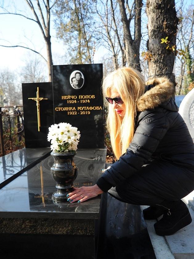 Муки се грижи за гроба на майка си. Кръстът до снимката е изчезнал