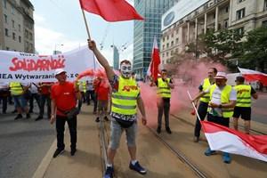 """Работници от рудника и енергетици протестират във Варшава срещу решението на Европейския съд за незабавно спиране на мината """"Туров""""."""