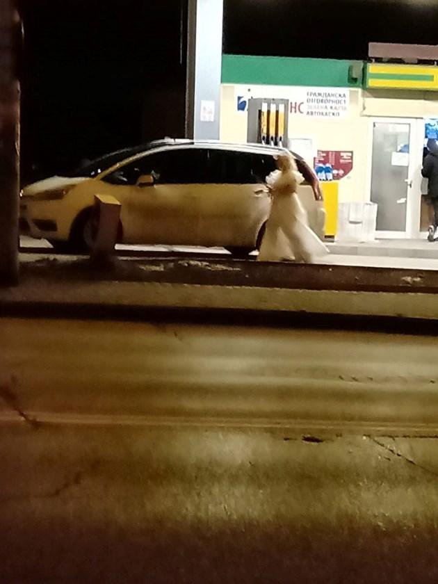 Булка зарежда на бензиностанция