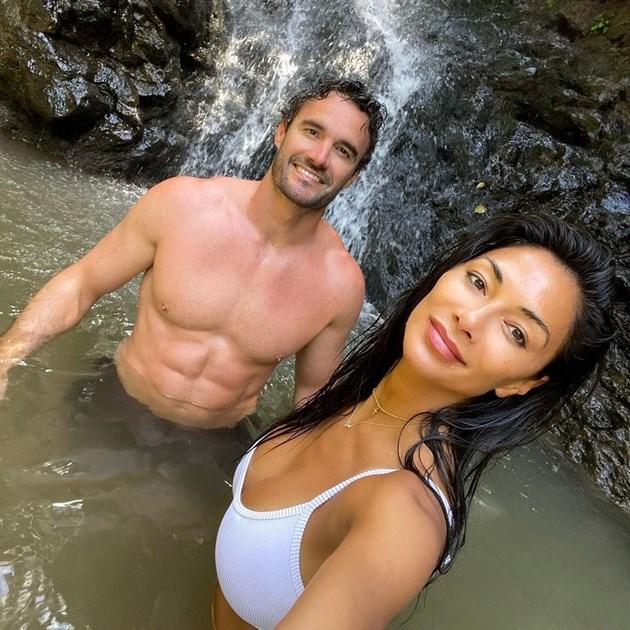 Шерци го прави под водопад