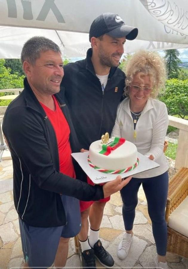Гришо получава торта от майка си Мария и татко си Димитър