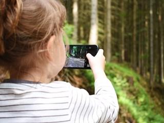 Защо ползването на телефони от децата е по-вредно от гледането на телевизия