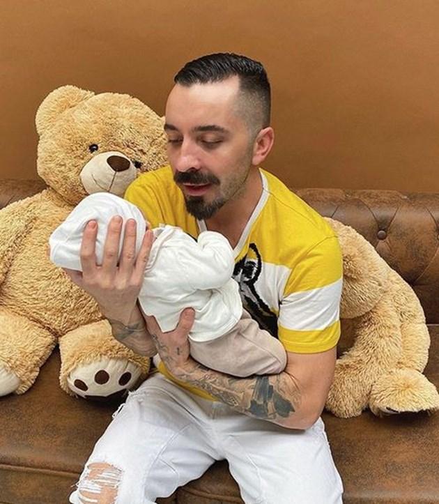 Русата Златка прати бебето на гримьор