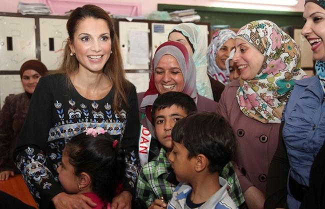 Рания - кралицата на Йордания, е от обикновен палестински произход, но често е сравнявана с покойната принцеса Даяна заради харизмата и ангажираността й към хуманитарни каузи.