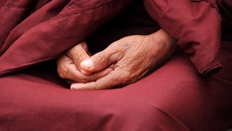 Начинът, по който кръстосваме пръстите си, показва какъв човек сме