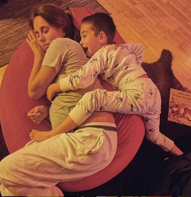 Синът на Радина Кърджилова Христо е прегърнал нежно майка си, която очаква второ дете.