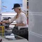 Ваня Щерева дегизирана на шопинг