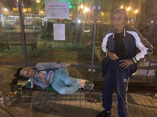 Мъж и жена спят на спирка в центъра на Варна, отказват да ходят в приют