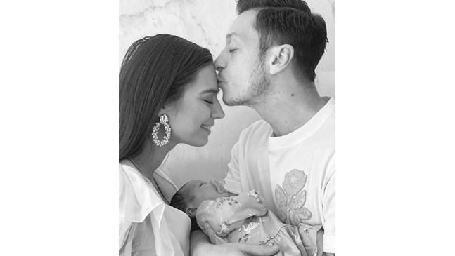 Месут Йозил и Амине Гюлше станаха родители на момиченце
