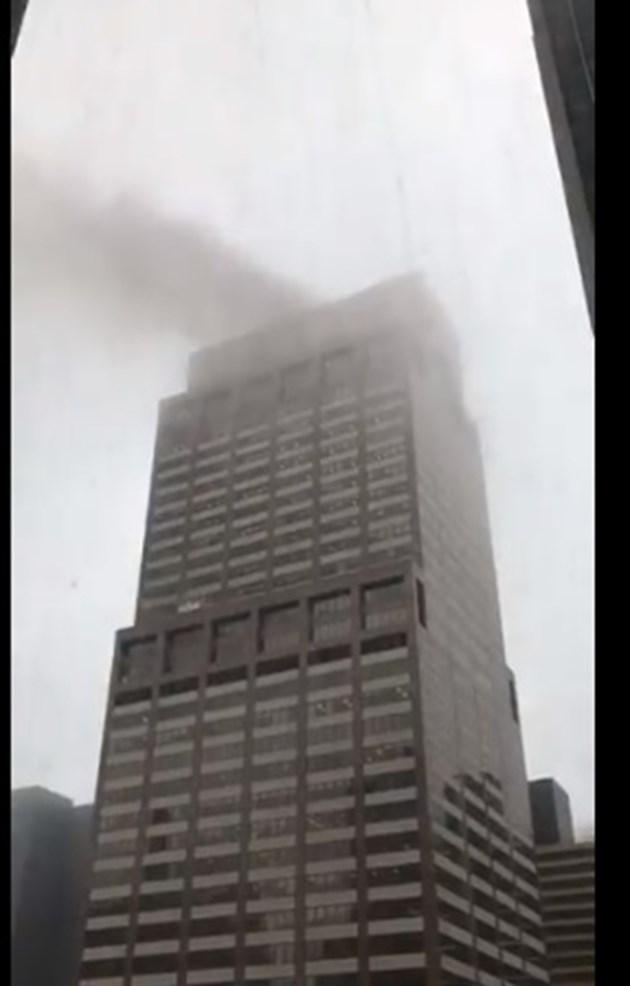 Хеликоптер се разби в покрива на сграда в Манхатън (На живо)