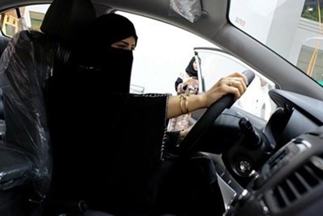 Жените в Саудитска Арабия вече вписват правото да шофират в брачния си договор