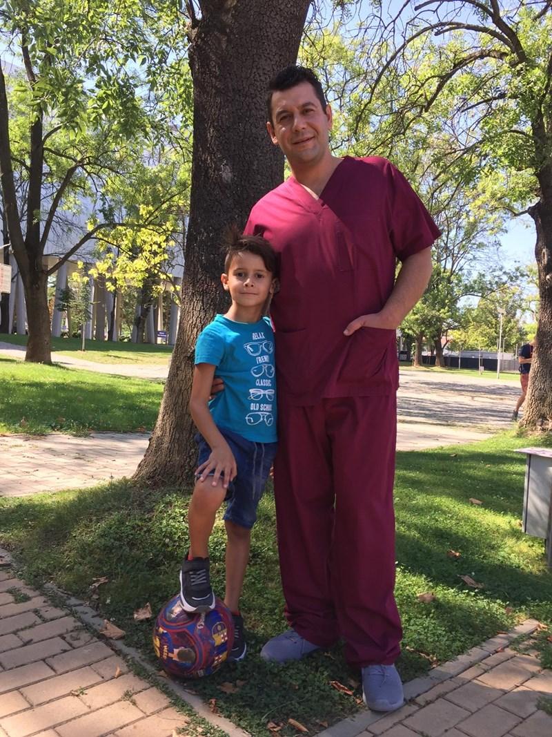 Евгени Будинов в медицинските дрехи на героя си д-р Петмезов заедно със сина си Александър, който обожава футбола.