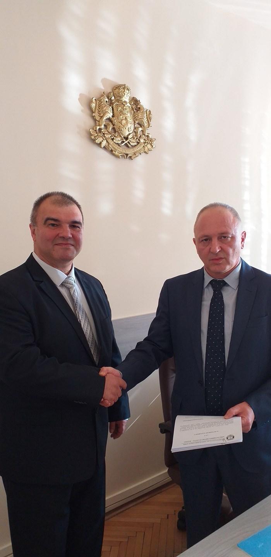Актът за встъпване в длъжност на Красимир Конов (вляво) бе връчен от апелативния прокурор Владимир Чавдаров Владимир Чавдаров (вдясно).
